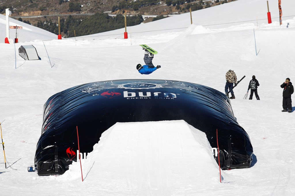 Colchon Burn salto snowboarder